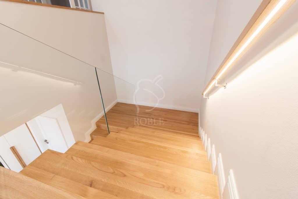 schody drewniane i podświetlana poręcz
