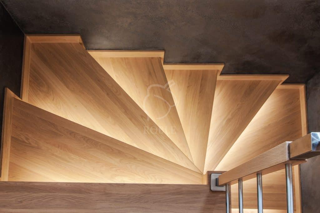 schody na beton drewniane z oświetleniem