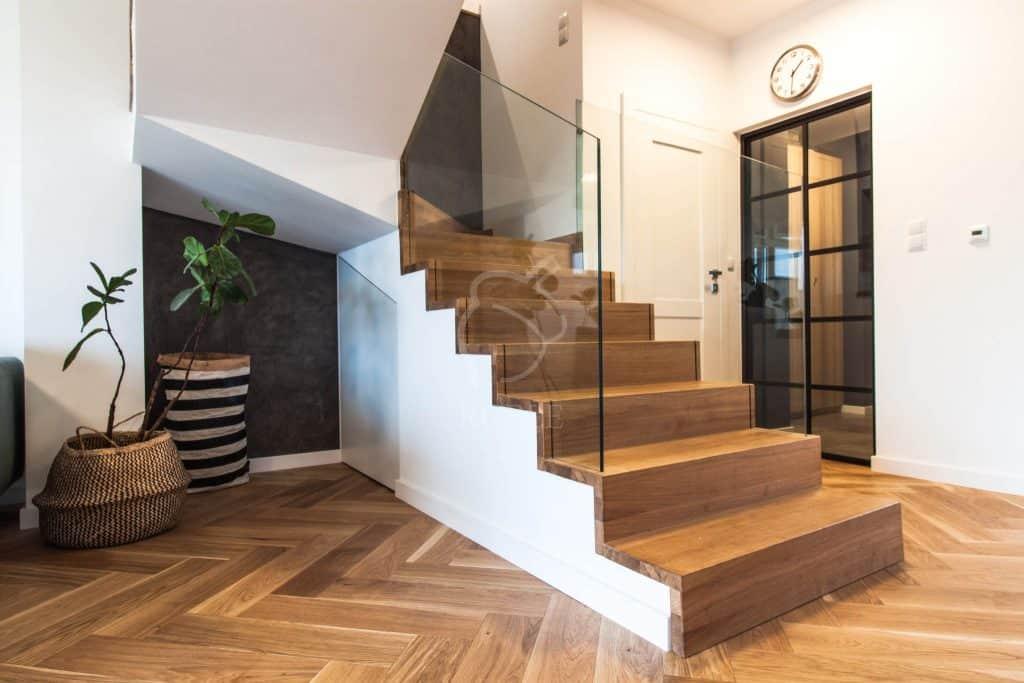 nowoczesne wnętrze z roślinami i drewnianymi schodami