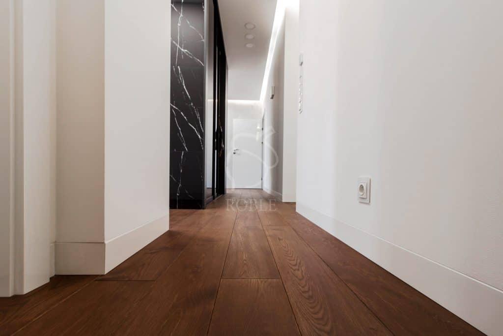 nowoczesne wnętrze z ciemnymi podłogami drewnianymi