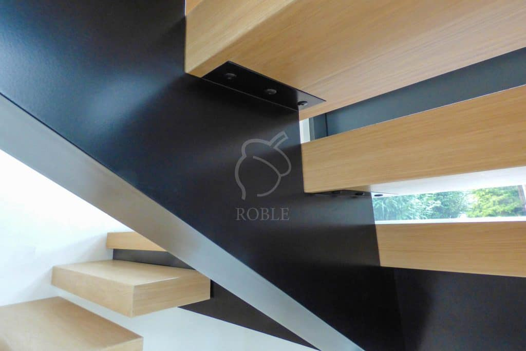 schody jednobelkowe z drewnianymi stopniami