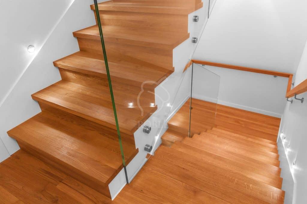 schody drewniane na beton ze spocznikiem
