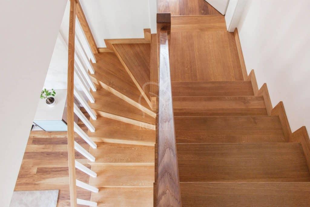 schody drewniane z podestem i zabiegiem