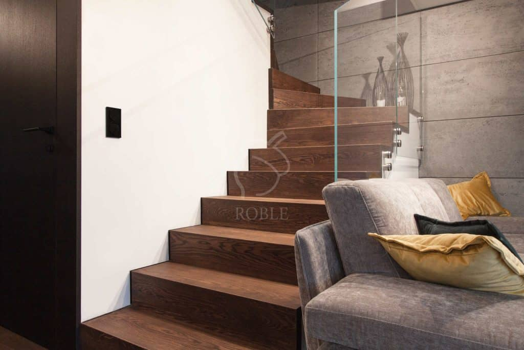 ciemne schody drewniane